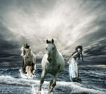 mujer caballos playa